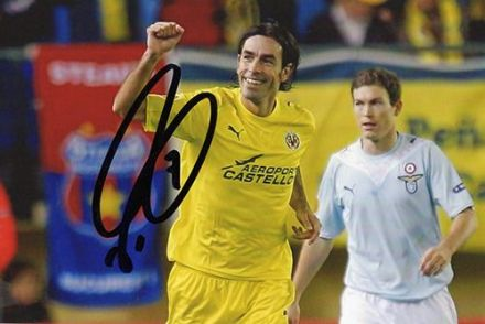 Robert Pires, Villarreal & France, signed 6x4 inch photo.
